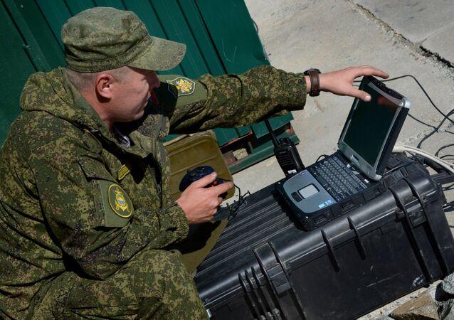 Un militar ruso con un portátil (imagen referencial)