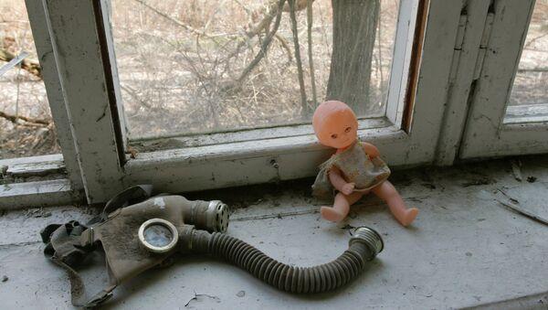 Muñeco y máscara de gas sobre la ventana de una guardería en Pripiat, Chernóbil - Sputnik Mundo