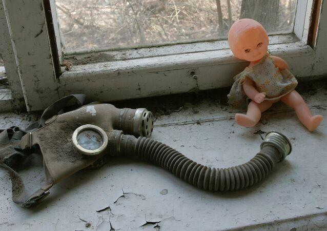 Muñeco y máscara de gas sobre la ventana de una guardería en Pripiat, Chernóbil