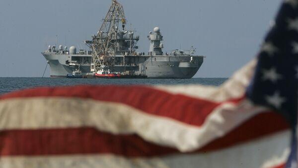 Un buque de EEUU junto a la bandera (archivo) - Sputnik Mundo