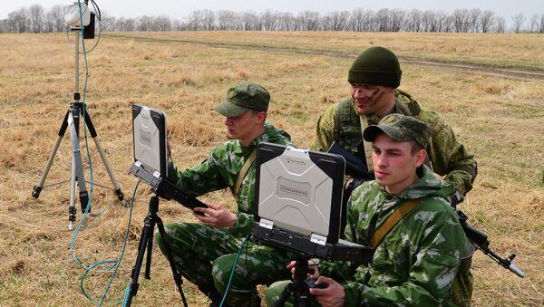 Soldados rusos con portátiles militares - Sputnik Mundo