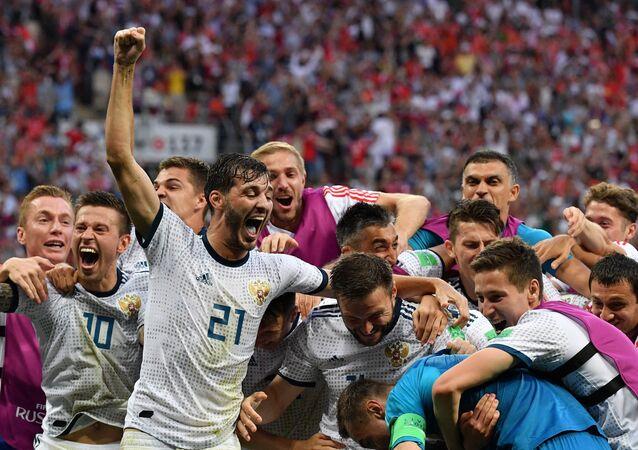 Futbolistas de la selección de Rusia celebran la victoria sobre España en el Mundial de Rusia 2018, 1 de julio de 2018