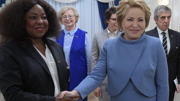La secretaria general de la FIFA, Fatma Samoura, y la presidenta del Consejo de la Federación, Valentina Matvienko - Sputnik Mundo
