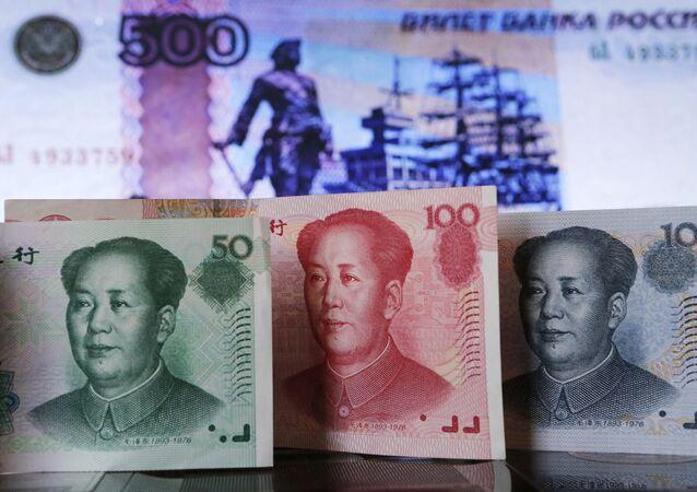 Billetes de yuanes y rublos