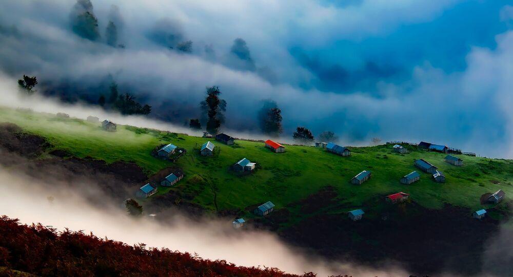 Niebla y nubes en las montañas de Irán