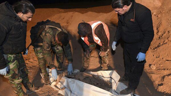 Fosas comunes descubiertas en la ciudad siria de Al Raqa (archivo) - Sputnik Mundo