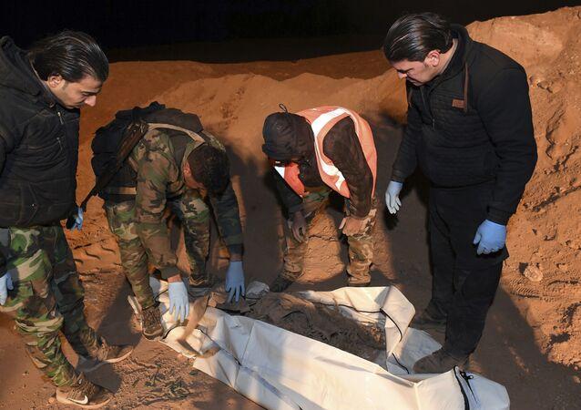 Fosas comunes descubiertas en la ciudad siria de Al Raqa (archivo)