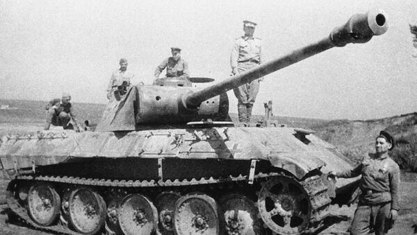 Soldados soviéticos cerca de un tanque alemán destruido en la batalla de Kursk - Sputnik Mundo