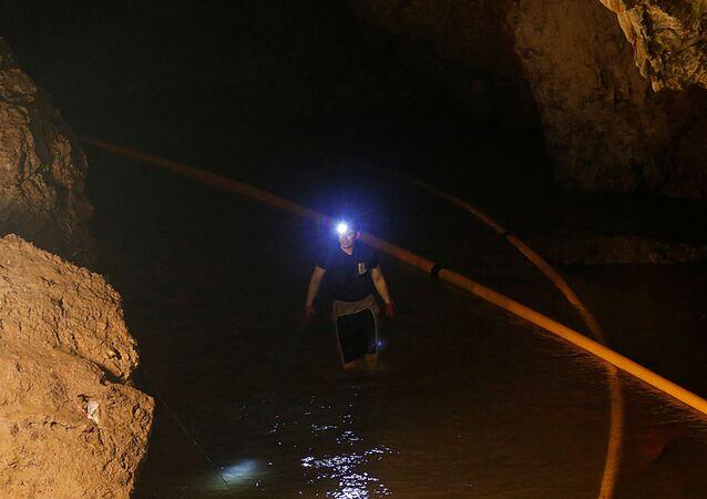 Un buzo en la cueva Tham Luang, Tailandia