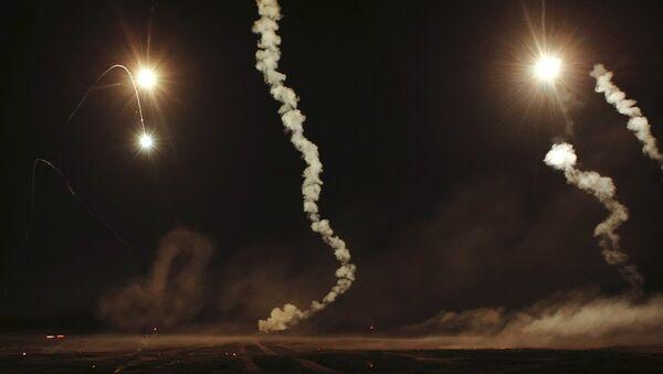 Maniobras nocturnas de los militares rusos (archivo) - Sputnik Mundo