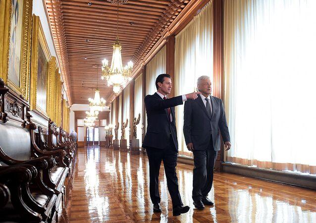 El presidente saliente de México, Enrique Peña Nieto, y quien será su sucesor a partir del 1 de diciembre, Andrés Manuel López Obrador