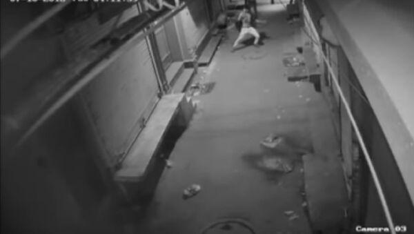 ¿Ladrón o bailarín? Una cámara de vigilancia graba un vídeo controvertido - Sputnik Mundo
