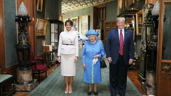 La reina Isabel II de Inglaterra, el presidente estadounidense, Donald Trump, y la primera dama, Melania Trump - Sputnik Mundo