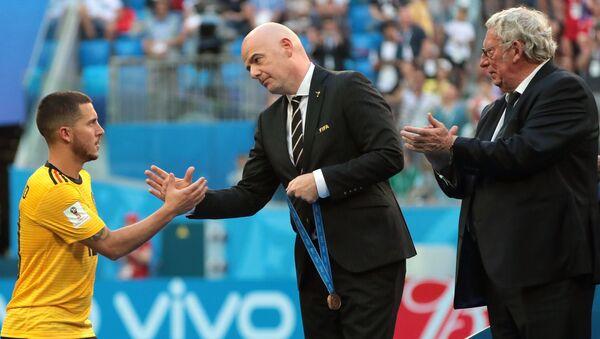El futbolista belga, Eden Hazard, recibe de Gianni Infantino, presidente de la FIFA, la medalla de bronce del Mundial 2018 - Sputnik Mundo