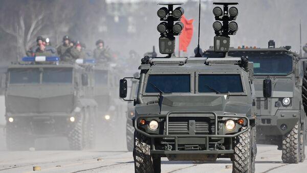 Misiles antitanques Kornet-D sobre el vehículo blindado Tigr - Sputnik Mundo