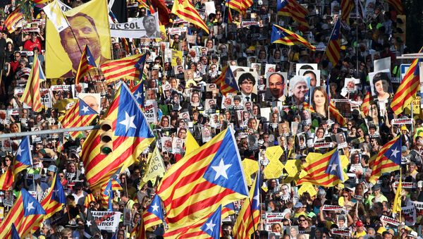 Marcha en Barcelona a favor de la libertad de los presos independentistas catalanes - Sputnik Mundo