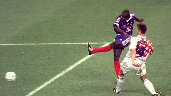 El francés Lilian Thuram anota el gol de la victoria de Francia sobre Croacia en la semifinal del Mundial de 1998 - Sputnik Mundo