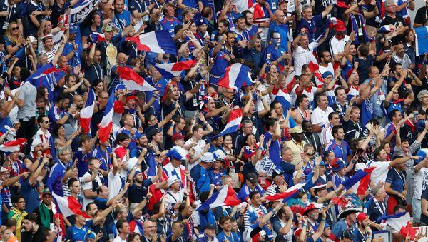 Hinchas franceses en el estadio Luzhnikí de Moscú en la final del Mundial de Rusia - Sputnik Mundo