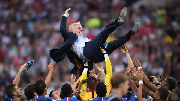La selección francesa celebra su victoria en el Mundial de Rusia con su técnico Didier Deschamps - Sputnik Mundo