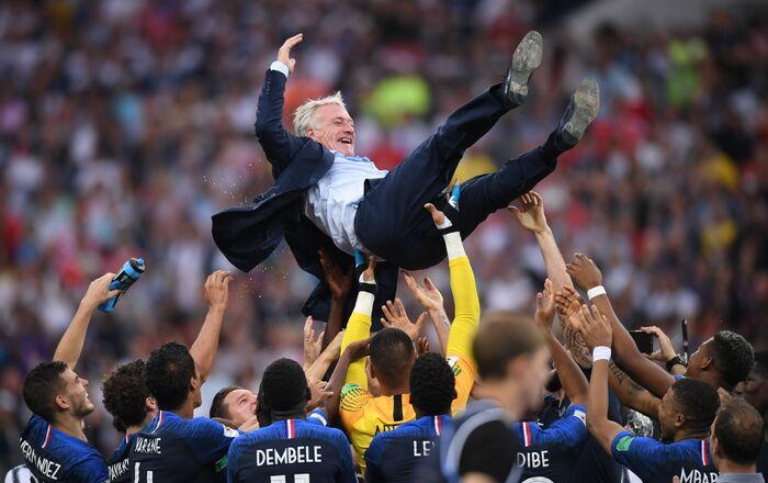 La selección francesa celebra su victoria en el Mundial de Rusia con su técnico Didier Deschamps