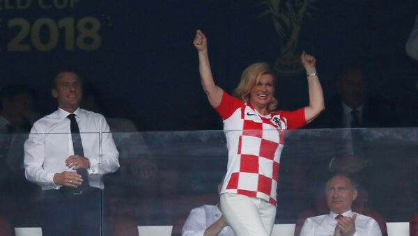Kolinda Grabar-Kitarovic, presidenta de Croacia, celebra un gol de su selección en la final del Mundial de Rusia - Sputnik Mundo