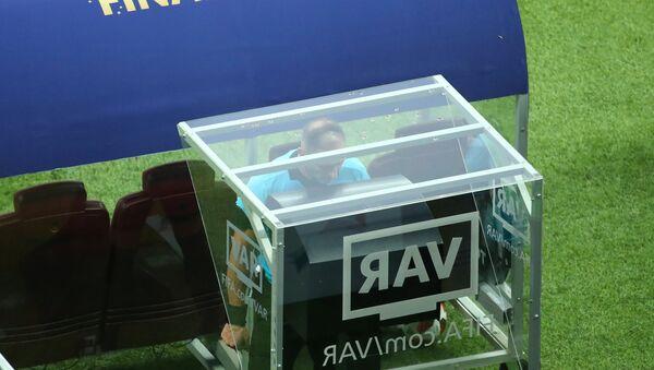 Un árbitro consultando el VAR - Sputnik Mundo