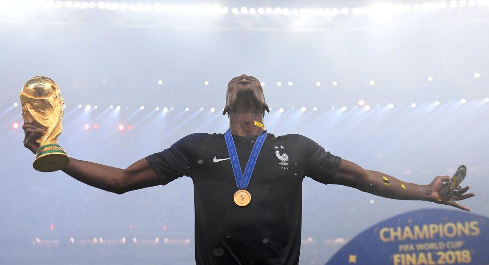 La Copa del Mundo en manos de uno de los futbolistas ganadores del Mundial 2018
