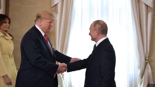Trump y Putin se reunen en el palacio presidencial para su primera cumbre oficial - Sputnik Mundo