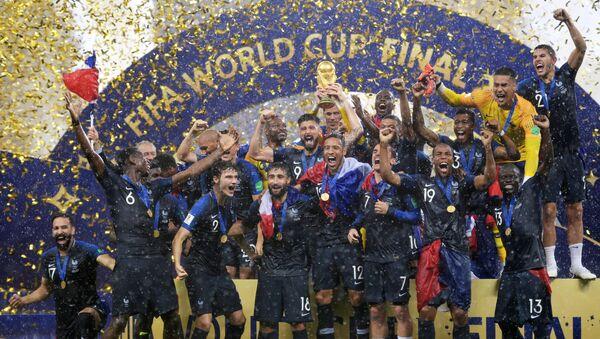 La selección de Francia celebra su victória en el Mundial de Rusia - Sputnik Mundo
