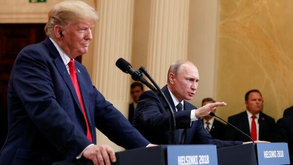 El presidente de Estados Unidos, Donald Trump, durante la reunión con su homólogo ruso, Vladímir Putin - Sputnik Mundo