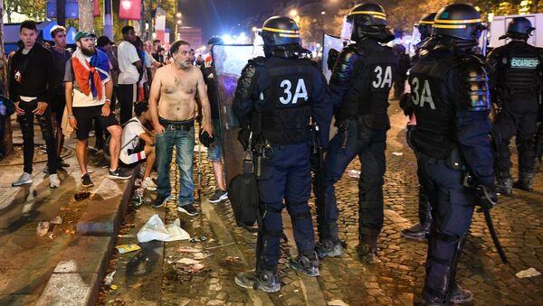 La Policía dispersa a la gente en París después de celebraciones agresivas tras el partido de fútbol final de la Copa Mundial Rusia 2018 entre Francia y Croacia - Sputnik Mundo