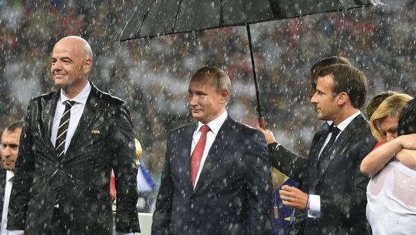 El presidente de la FIFA, Gianni Infantino, el mandatario ruso, Vladímir Putin, y su homólogo francés, Emmanuel Macron, durante la final del Mundial - Sputnik Mundo