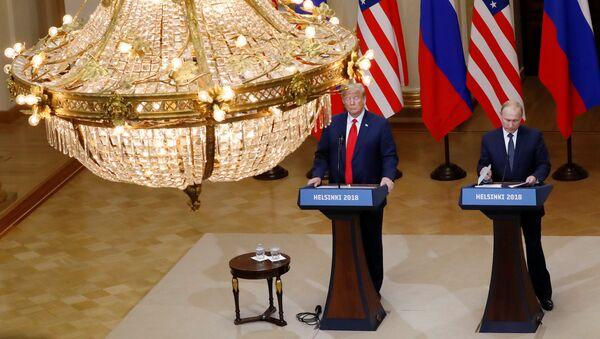 La reunión entre el presidente de Estados Unidos, Donald Trump, y el líder ruso, Vladímir Putin - Sputnik Mundo