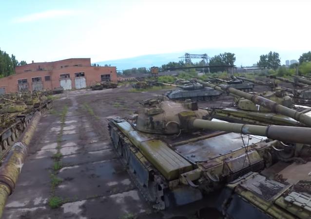 Una base abandonada con tanques en Ucrania