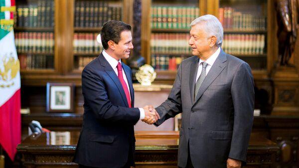 El presidente saliente de México, Enrique Peña Nieto y Andrés Manuel López Obrador - Sputnik Mundo