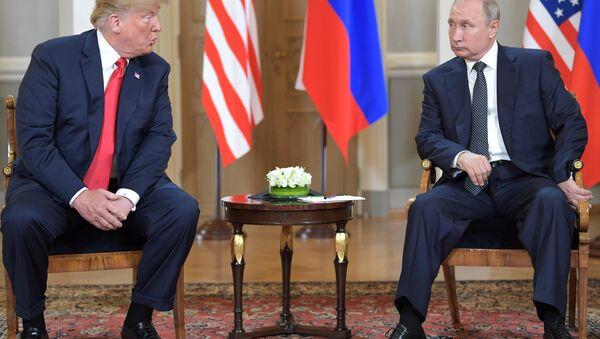La reunión entre el presidente de Estados Unidos, Donald Trump, y el presidente de la Federación de Rusia, Vladímir Putin - Sputnik Mundo