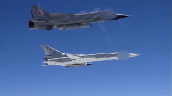 Bombardero Tu-22M3 y caza MiG-31 - Sputnik Mundo