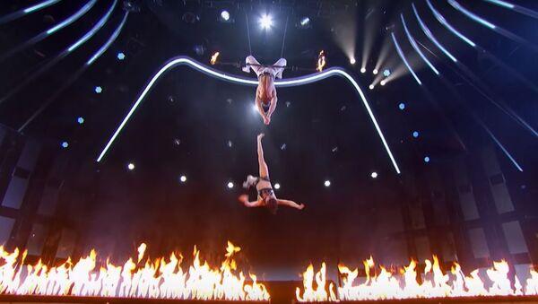 Acróbata se precipita durante un espectáculo - Sputnik Mundo