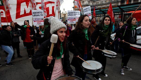 Mujeres se manifiestan frente al Congreso en Buenas Aires a favor de la legalización del aborto en Argentina - Sputnik Mundo