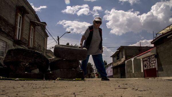 Esperanza coloca neumáticos en las calles dañadas de la Colonia del Mar tras el sismo del 19 de septiembre de 2017. - Sputnik Mundo