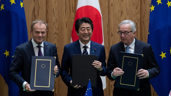 El presidente del Consejo Europeo, Donald Tusk, el primer ministro de Japón, Shinzo Abe y el presidente de la Comisión Europea, Jean-Claude Junker firman un acuerdo en Tokio - Sputnik Mundo