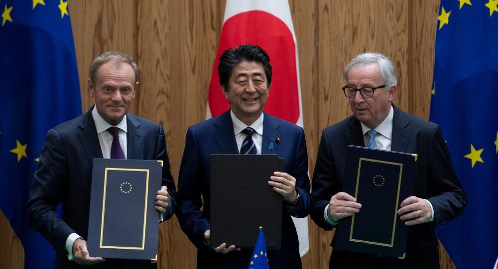 El presidente del Consejo Europeo, Donald Tusk, el primer ministro de Japón, Shinzo Abe y el presidente de la Comisión Europea, Jean-Claude Junker firman un acuerdo en Tokio