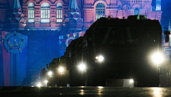 Sistema de misiles Iskander en la Plaza Roja de Moscú durante un ensayo del desfile militar - Sputnik Mundo