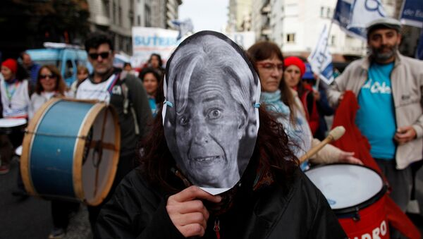 Una persona lleva una máscara de Christine Lagarde, directora general del FMI, durante una protesta contra el organismo en Buenos Aires. - Sputnik Mundo