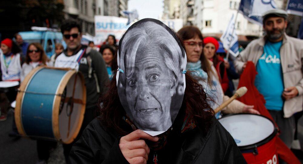 Una persona lleva una máscara de Christine Lagarde, directora general del FMI, durante una protesta contra el organismo en Buenos Aires.