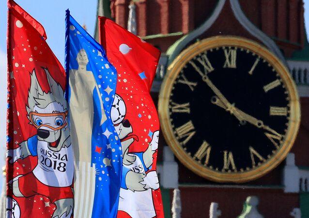 Banderas del Mundial Rusia cerca del Kremlin de Moscú