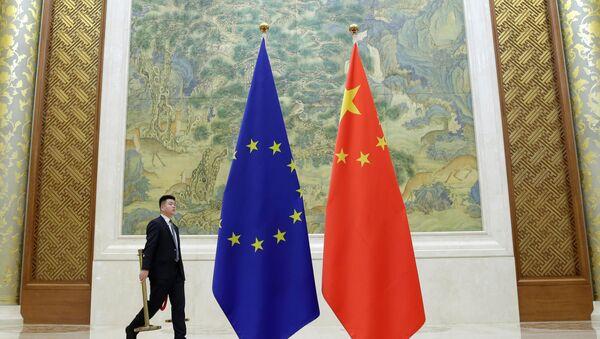 Las banderas durante la cumbre entre la UE y China - Sputnik Mundo