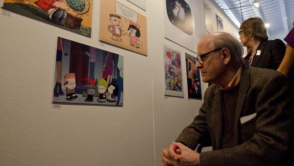 Quino observando su tira cómica, Mafalda. - Sputnik Mundo