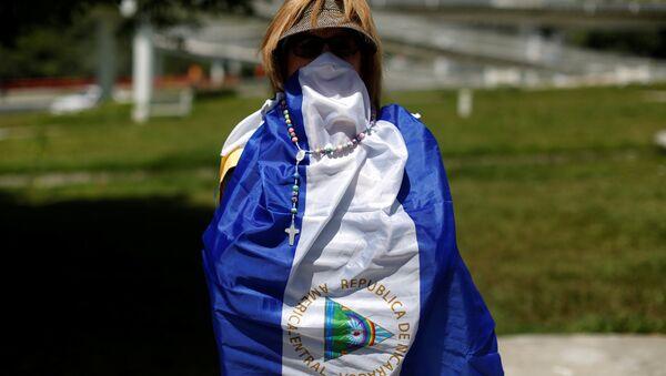 Una mujer en la bandera de Nicaragua - Sputnik Mundo