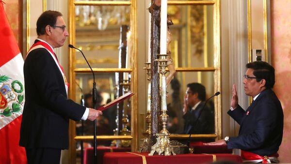 El presidente peruano Martín Vizcarra tomando juramento a Vicente Zeballos como ministro de Justicia y Derechos Humanos - Sputnik Mundo